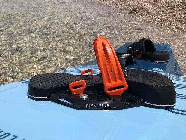 kiteboard viazanie Flysurfer SQUAD recenzia - oranžové uchyty